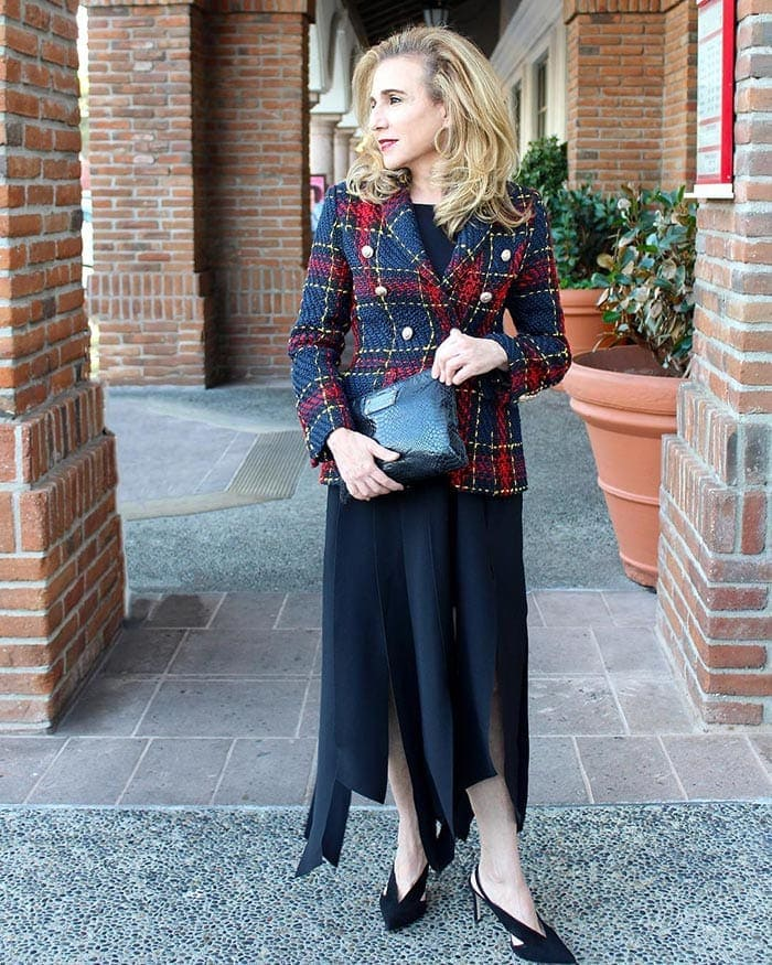What to wear in Vegas - Wendy wears a blazer and skirt   40plusstyle.com