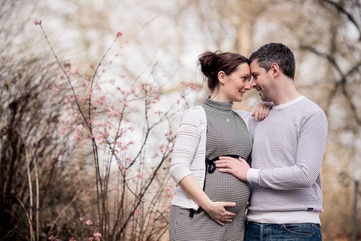 Babybauch Paar Foto im Grünen