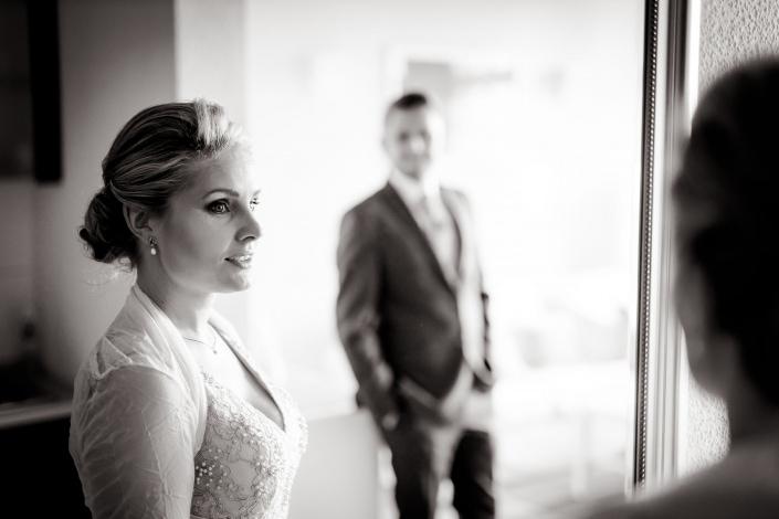 über einen Spiegel fotografiertes Hochzeitspaar, Braut im Vordergrund