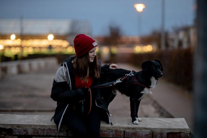 Portrait mit Hund, ca 20 Minuten nach Sonnenuntergang Canon EOSR & Sigma Art 85mm bei Blende 1.4