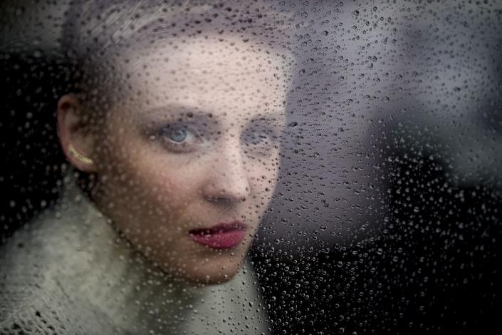 Portrait durch eine vom Regen nasse Scheibe   Canon EOS R & RF 85mm f1.2