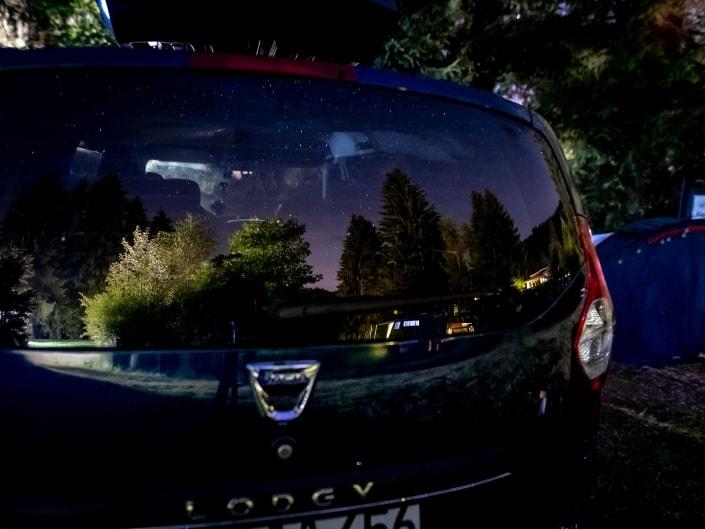 vnächtlicher Sternenhimmel als Reflektion in der Heckscheibe vom Dacia Lodgy, fotografiert mit der Canon EOSR & dem Sigma 20mm Art