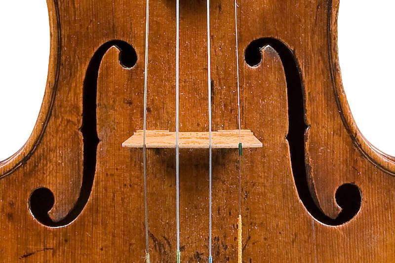 ジロラモ・アマティ1611年製バイオリン表板f孔のアップ