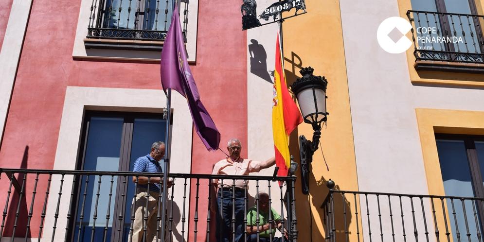 Los voluntarios que se encargan del mantenimiento de la Plaza de Toros colocaron la Mariseca.