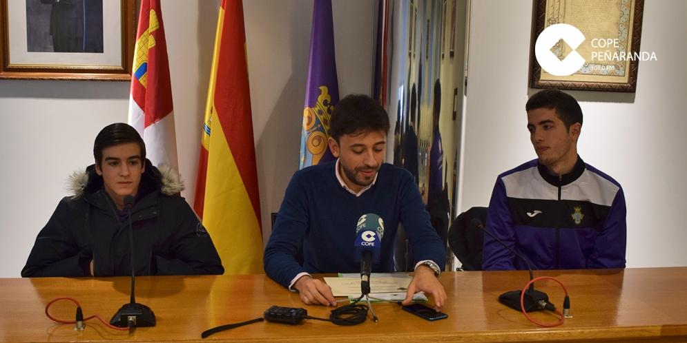 Fran Diaz junto a los ganadores del Torneo navideño de videojuegos, Adrian Bueno y Salva Alfayate.
