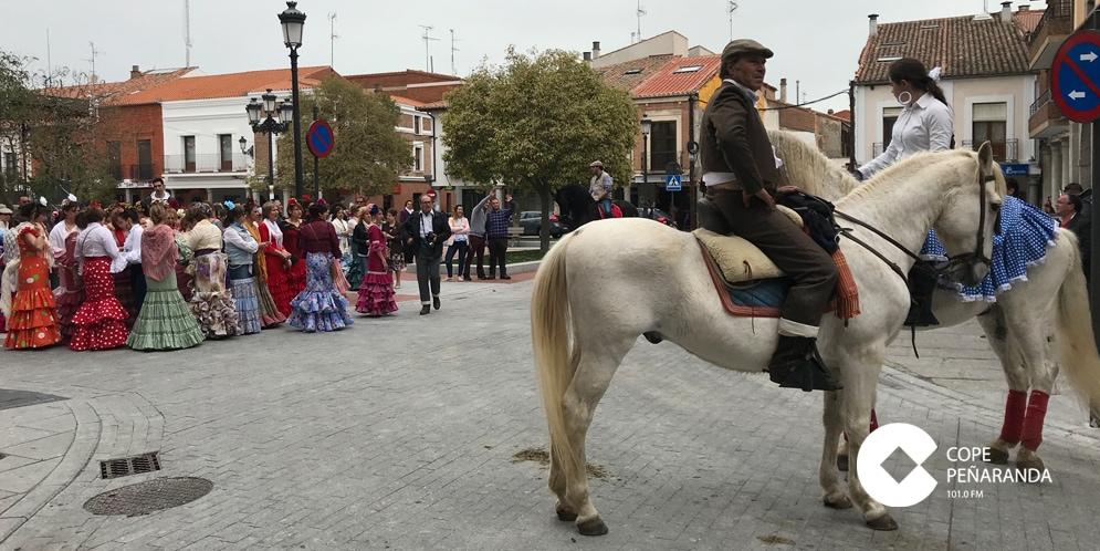 Los participantes en la Feria de abril de Peñaranda realizaron un paseo por las calles de la ciudad.