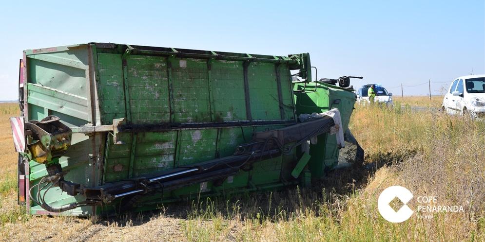 Estado en el que ha quedado el camión que ha sufrido un accidente de tráfico en la carretera de Peñaranda a Medina.