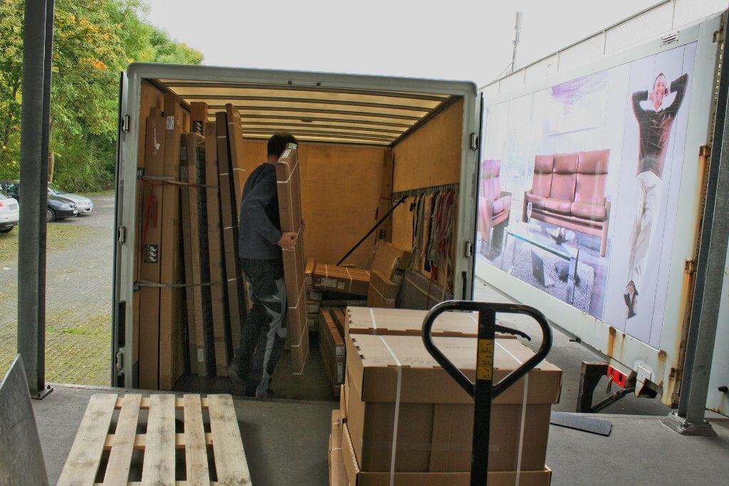 Verladen von Möbel an unserer Rampe