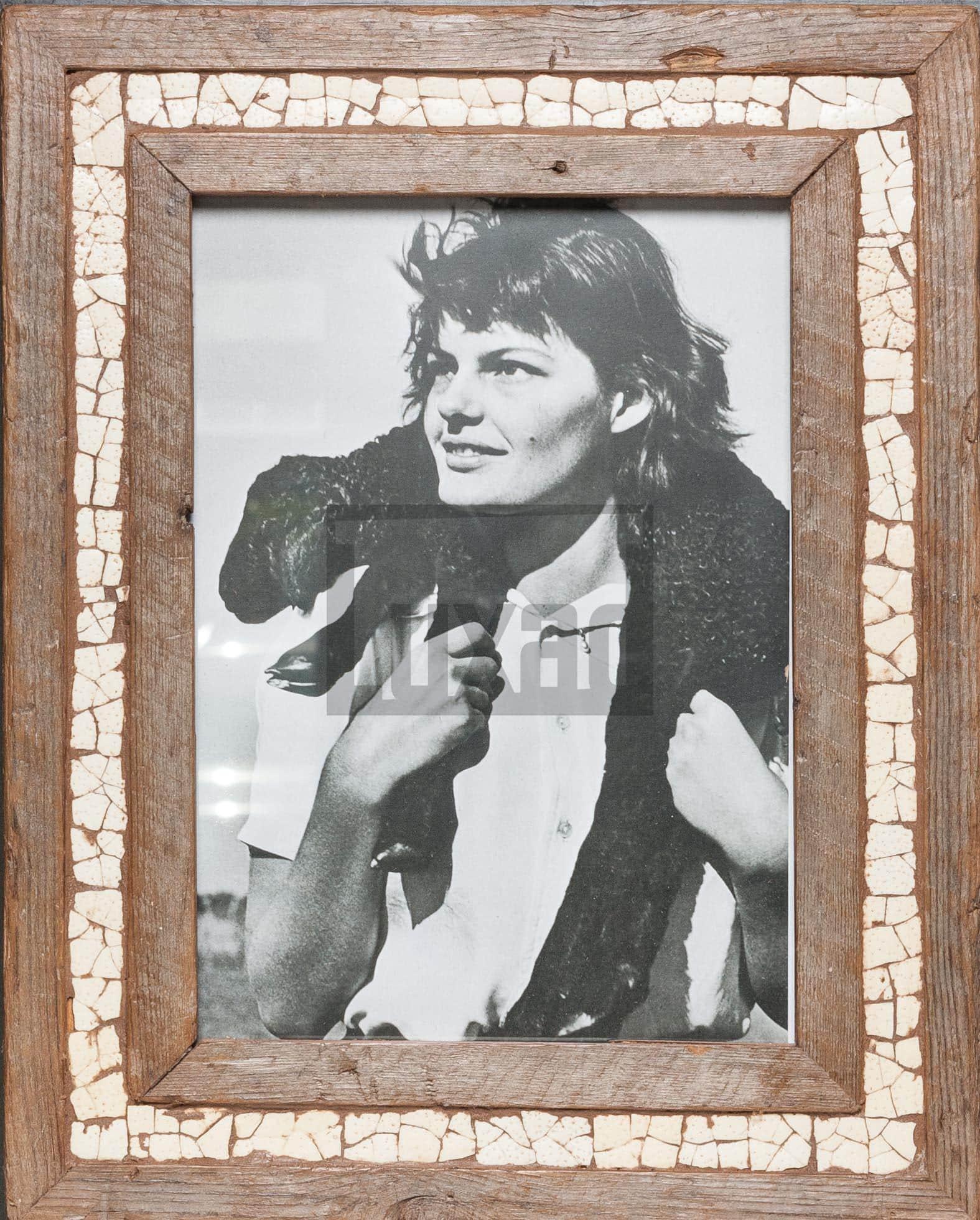 Vintage-Bilderrahmen aus altem Holz mit Mosaik aus Straußeneierschale aus Südafrika