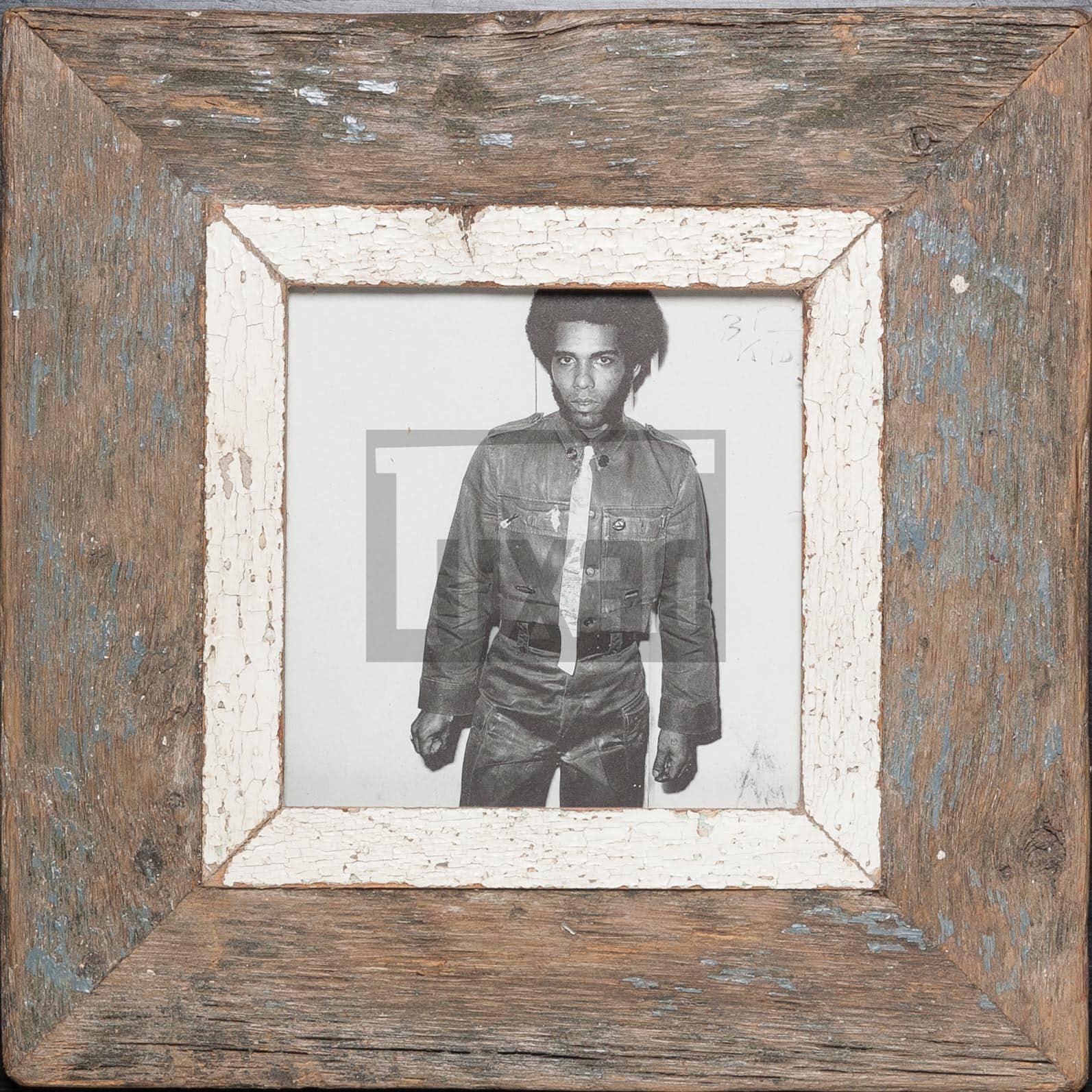 Quadratischer Wechselrahmen aus Altholz für ca. 14,8 x 14,8 cm große Fotos