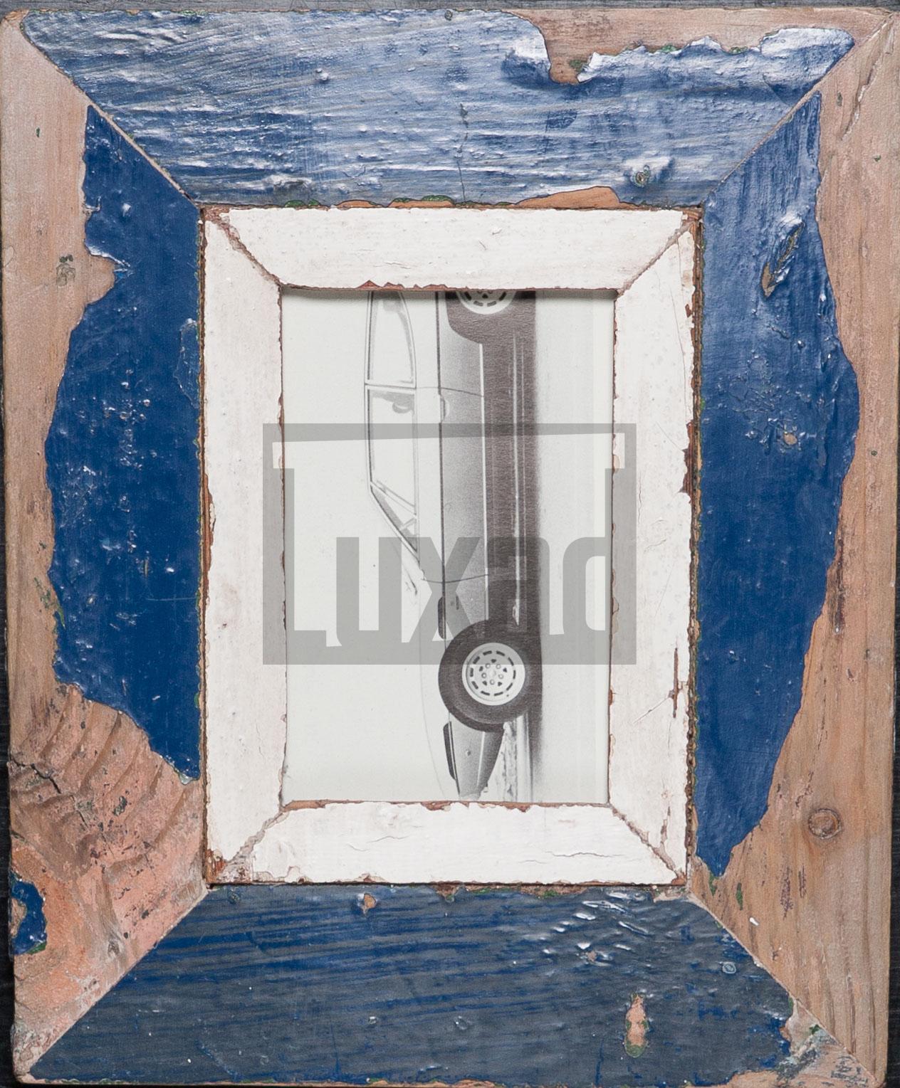 Blauer Bilderrahmen aus recyceltem Holz