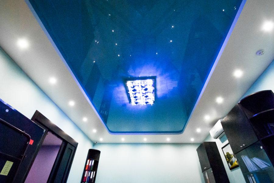 Бесщелевой двухуровневый натяжной потолок в гостиной 20 м2
