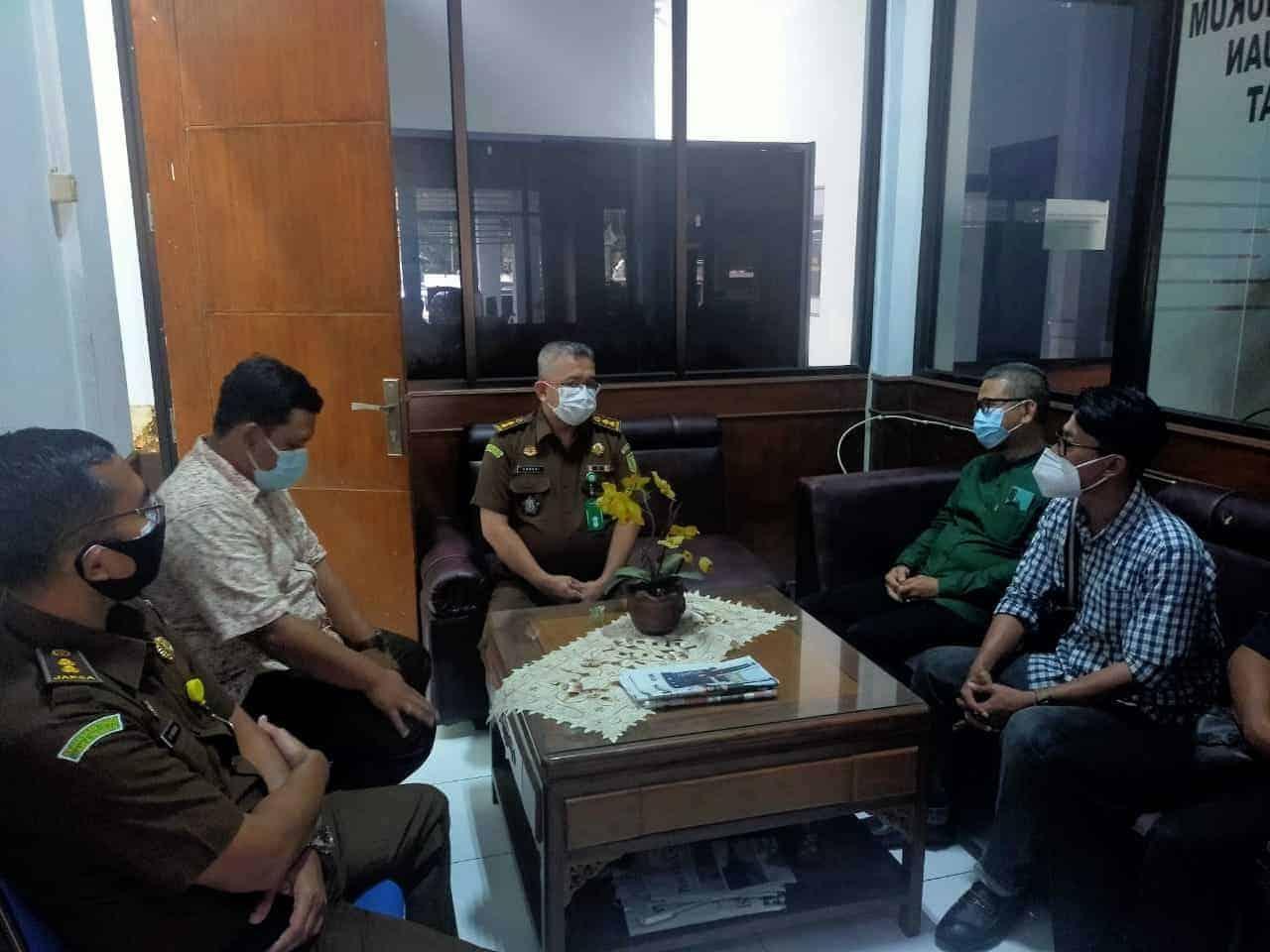 Kasie Intel Kejaksaan Negeri Purwakarta, Onneri saat menerima ketua KMP Zaenal Abidin di kantor Kejari Purwakarta, Jl. Siliwangi
