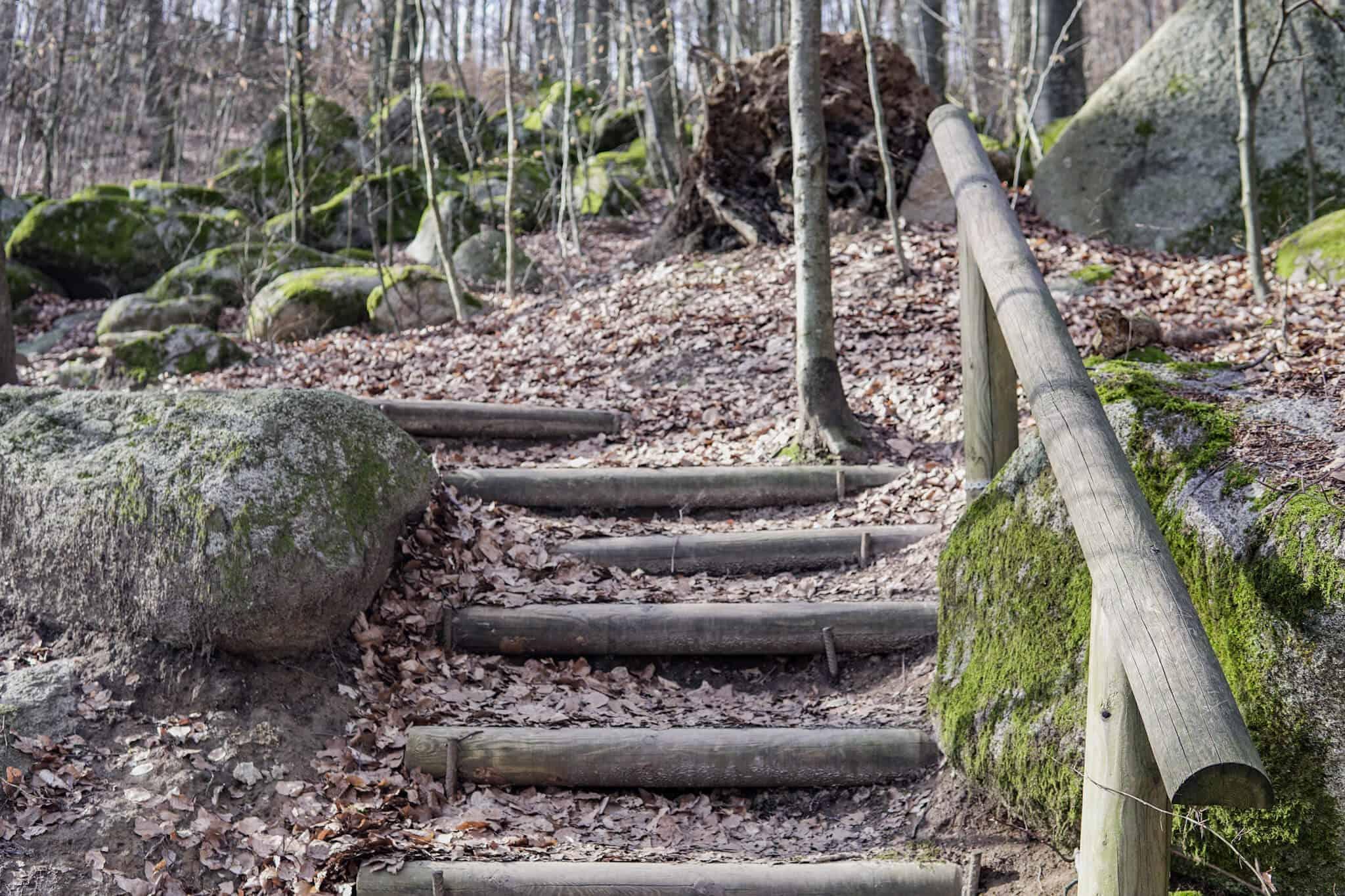 Holzstufen im Felsenmeer