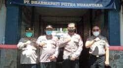 Dir. Binmas Polda Jabar, Kombes Pol. Supriyadi (pakai masker hitam) bersama anggota kepolisian lainnya pada penutupan pelatihan satpam