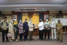 Sekwan, Drs. H.Suhandi,M.Si saat memberikan cindera mata kepada tamu dari DPRD Cirebon