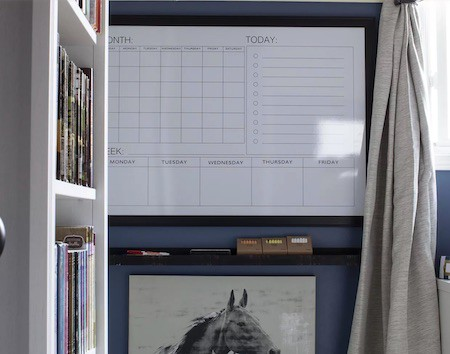 Organize a teen's bedroom: wall calendar