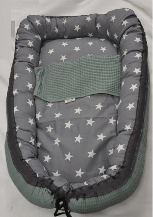 babynestje_deez_oldgreen met deken