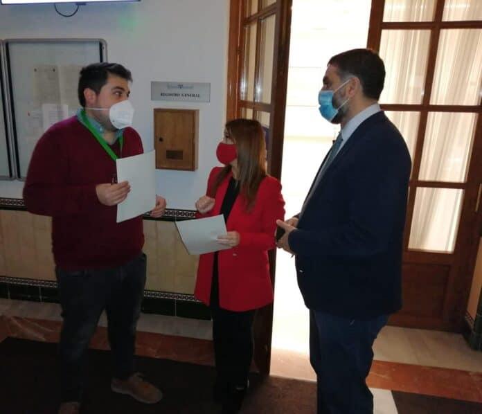 Las parlamentaria del PSOE de Andalucía Verónica Pérez, en el momento de presentar la pregunta acompañada por el Portavoz de l PSOE de Lora del Río, Fran Carrasco