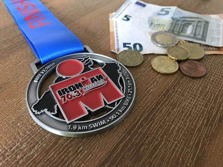 Medaille vom Ironman 70.3. Mallorca mit Geld