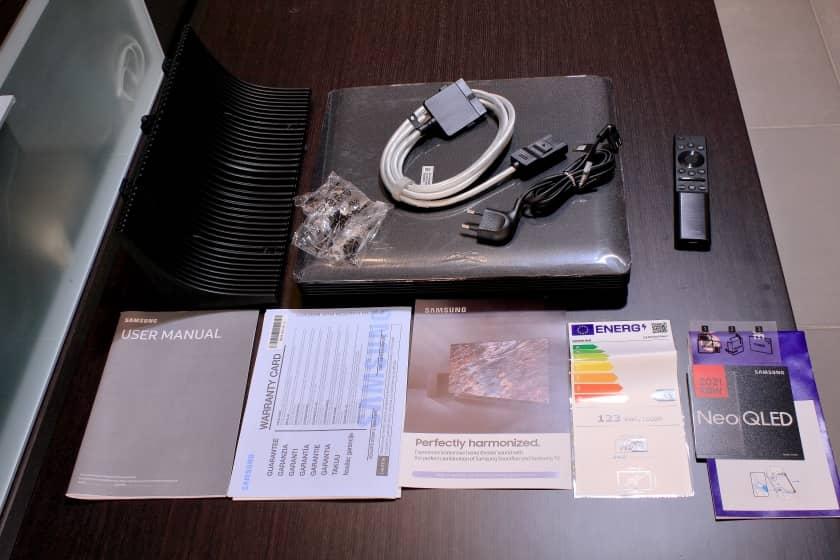 Unboxing QN95A accesorios y manuales incluidos