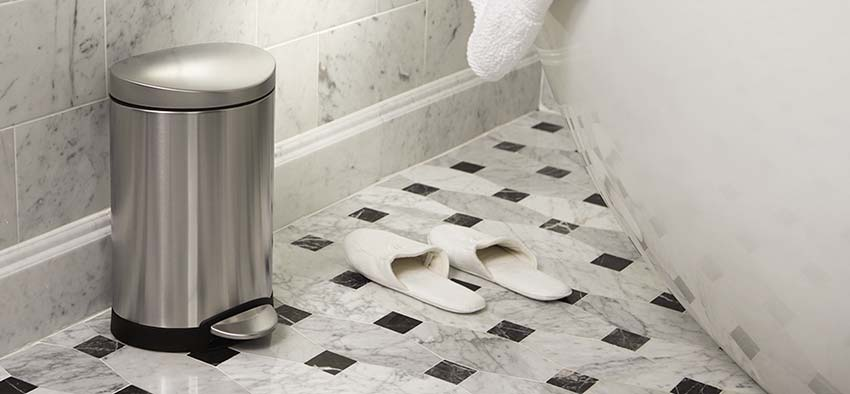 afval-scheiden-in-badkamer-prullenbak