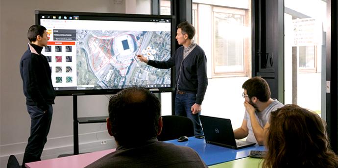 Un écran interactif en entreprise avec l'outil MEL MAP