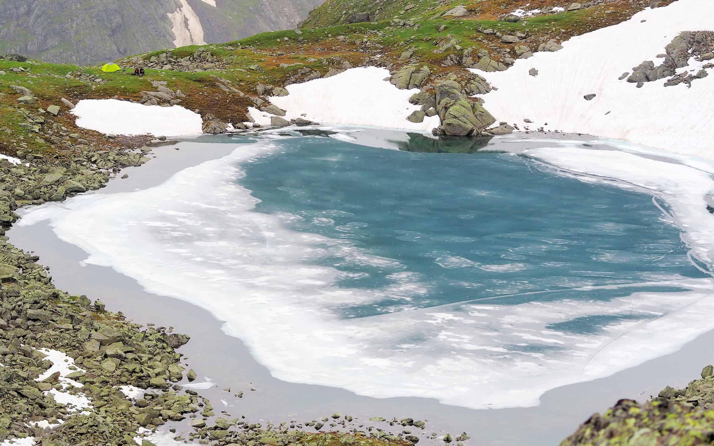 Kamperen langs een ijsmeer