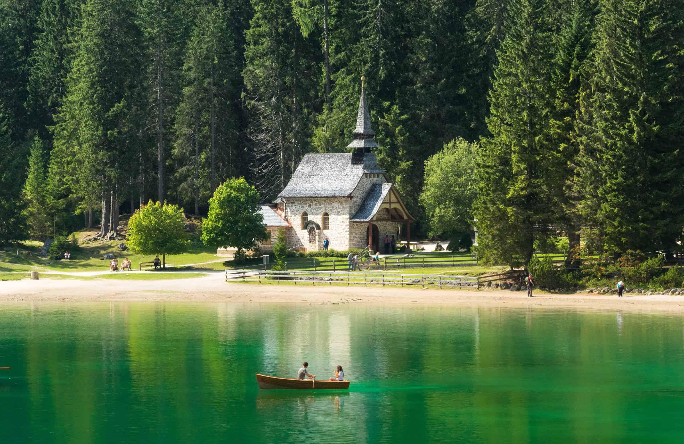 Bootje varen op het meer
