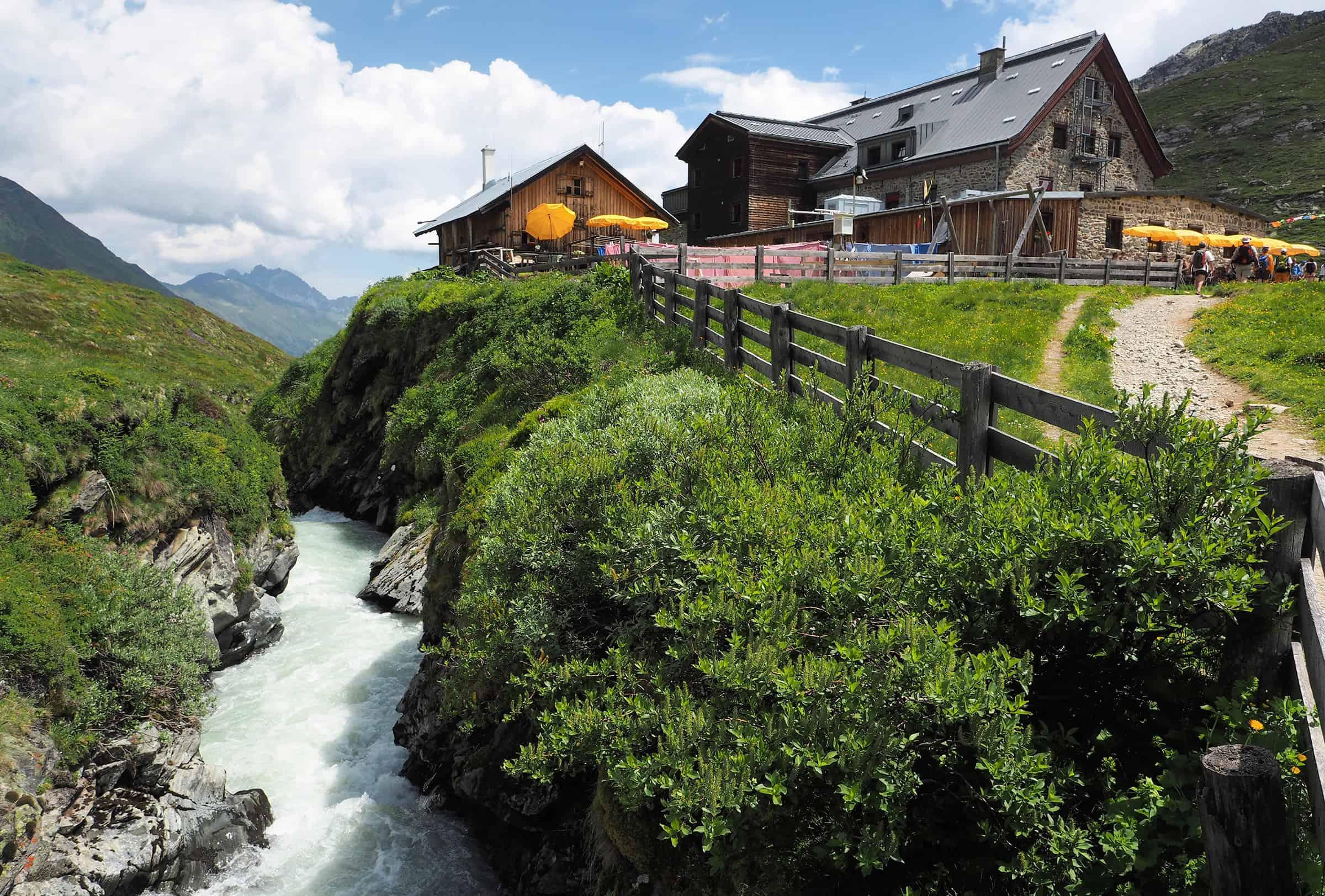 Wilde rivier naast de hut