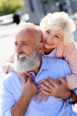 Älteres Ehepaar mit Zahnimplantaten