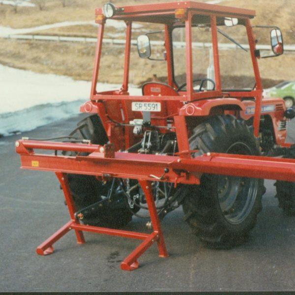 Kløyvere: Dalen Vedkløyver 1252 kom etter hvert i mange modeller og ble en svært populær vedkløyver. Nye forskrifter førte oss senere over på tohånds-betjente kløyvere.