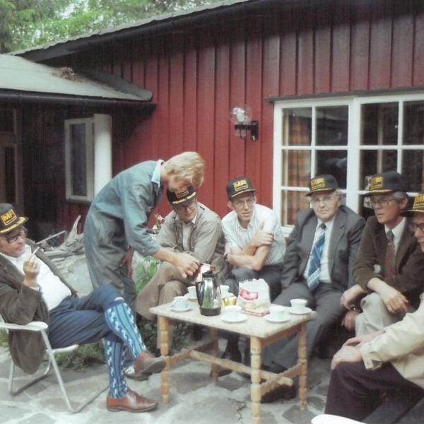 Møtet: Slik så det ut da Kjell Tolo(fotograf), Olav og Samson Lid ble invitert til Finnskogen av ledelsen i Eikmaskin for å se på Vollbergs produktforslag. Fra venstre Stordal, Olav, Berge, Samson, Egil Eik, Vollberg.