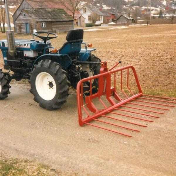 Høysvans: Fra 1986 tilbød vi en høysvans for små traktorer. Produktet het 1274 og var 140 cm brei.