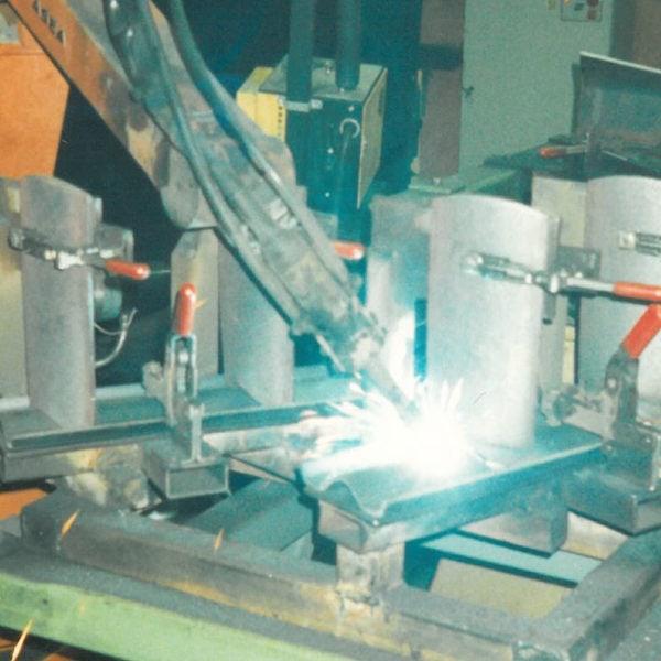 Første sveiserobot i 1986: Sveising av innmatere til Snøfres 0278. Denne roboten var i drift i mer enn 20 år.