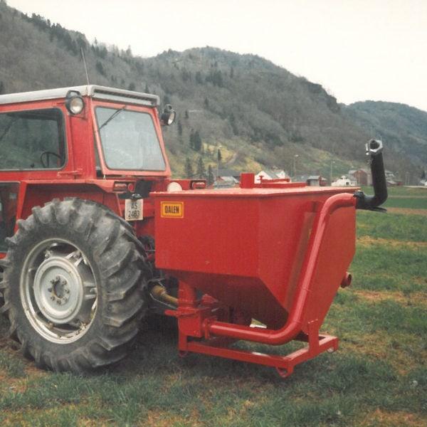 """Gjødselvogn: I 1988 ble denne prototypen utviklet. Gjødselvogna hadde for liten kapasitet og da produksjonssjefen fikk innholdet over seg, var konklusjonen klar: """"Slikt utstyr skal vi aldri lage på Lid!"""""""