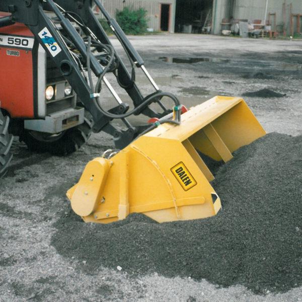 Sandstrøer 1534: Første modell kom i 1993, hadde ikke omrører og benyttet et hydraulisk vippestag for fylling fra bakkenivå.