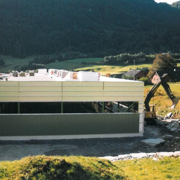 Ny platehall: Våren 1995 ble en ny platehall satt opp. Hallen var 1200 m2 og skulle romme platelager, brennebord og knekkeutstyr.
