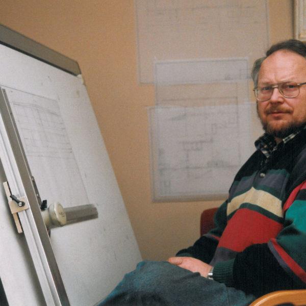 Produksjonssjef: Olav Lid ble i 1975 ansatt som ingeniør. Da hadde han allerede arbeidet deltid i fire år - under studietiden. Senere ble han produksjonssjef ved bedriften.