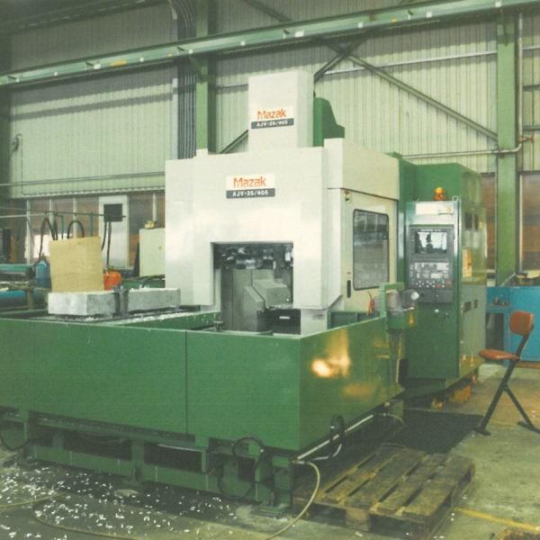 Maskineringssentere: I 1995 kom den første CNC-styrte dreiemaskinen i hus. Tre år etter fulgte denne, en Mazak AJV, som kostet 900.000,- med utstyr.
