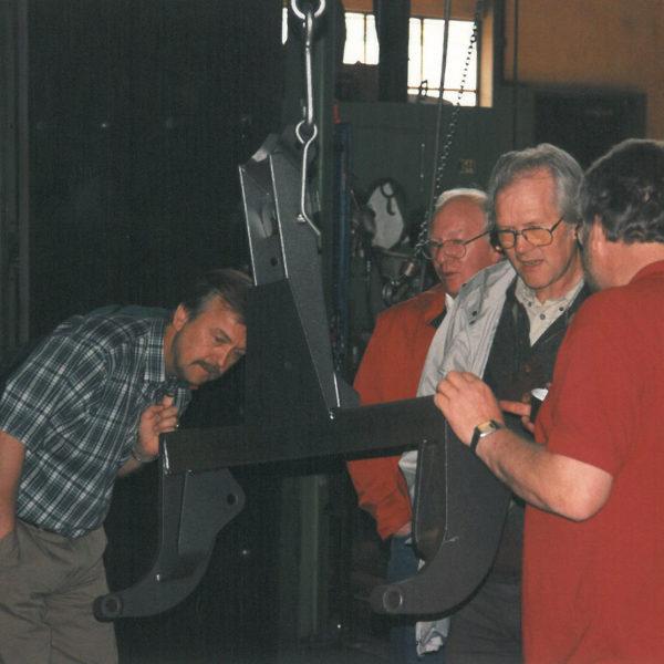Åpen dag: I 1998 fylte bedriften 50 år og feiret med å holde åpen dag. Lokalbefolkningen møtte villig opp. Her viser produksjonssjef Olav Lid hvordan produktene blir slyngrenset før lakkering.