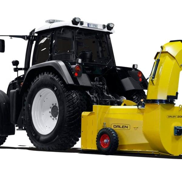 2007: Da traktorene raskt ble større, ble det behov for en større v-fres. Modell 2007 hadde 90 cm vifte og svært god kastelengde.