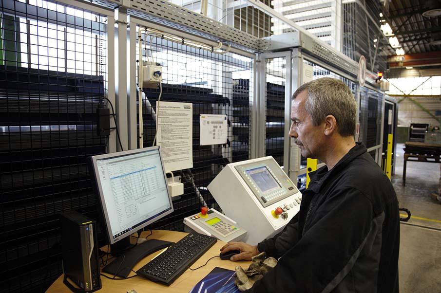Operatørene har full kontroll over laserbrennerne med tilhørende lager ved å følge med på PC-skjermen.