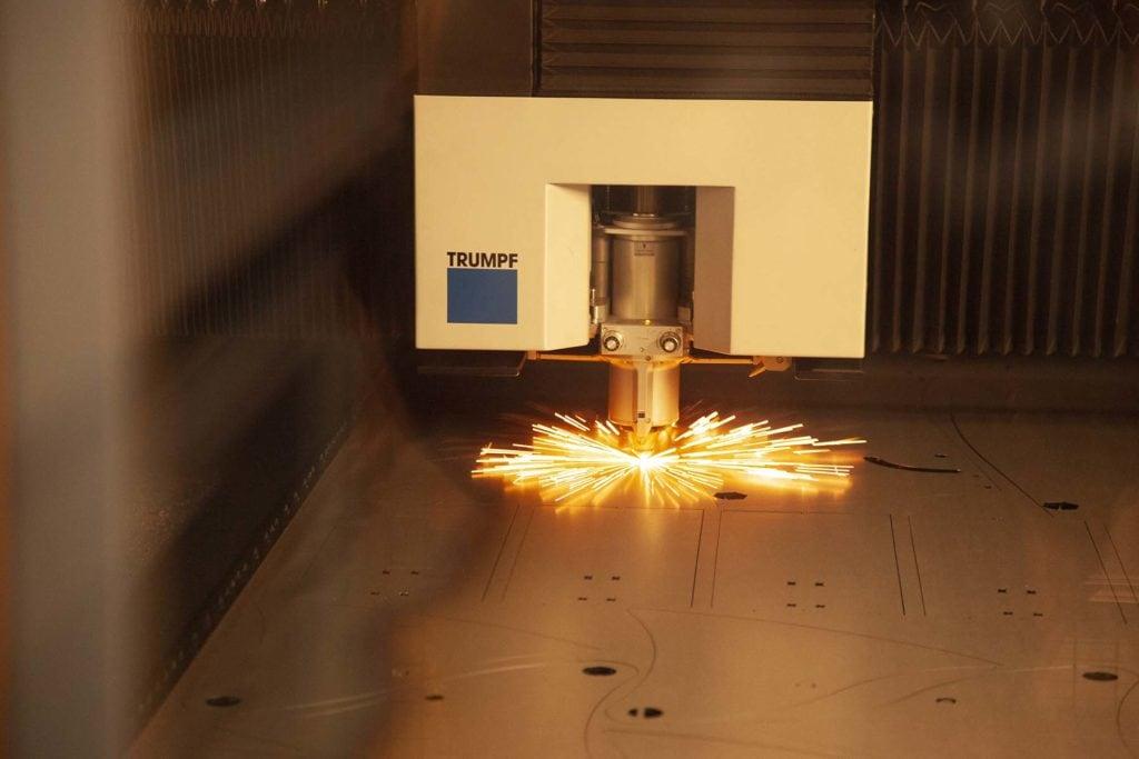 Lysstrålen trenger bare 0.22 sekund på å slå gjennom en plate på 10-15 mm. Diameteren på lysstrålen er bare på 0.4 mm, og den kan brenne med en nøyaktighet på noen få tusendels millimeter på tynne plater.