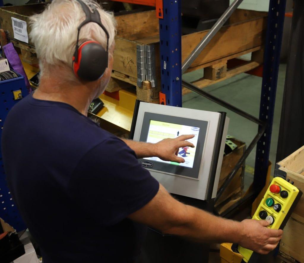 Operatøren kan styre monteringsmanipulatoren slik at den stiller inn produktet i riktig monteringshøyde og vinkel, og gir operatøren aktuell informasjon på de ulike monteiringspunktene.