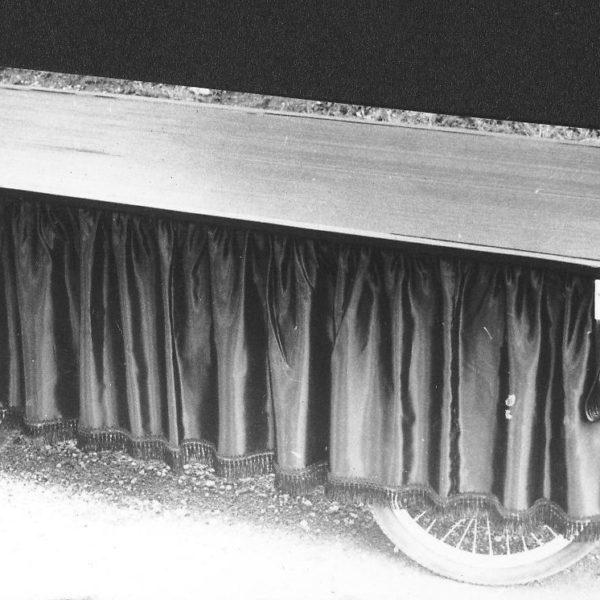 Bårevogn, året 1965: Denne bårevognen ble produsert for bruk på kirkegårder. Vogna var utrustet med gardiner i silke og gummiduk.