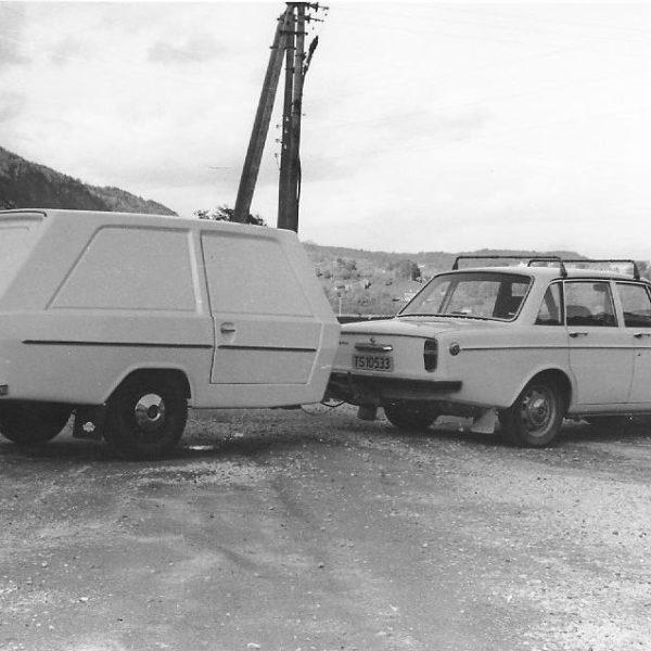Tilhenger: Denne varevognen, modell 955, ble produsert i glassfiberarmert polyester. Den ble brukt som beredskapsvogn for utrykningskjøretøy og som varevogn for håndverkere, gartnere, gårdbrukere etc ...