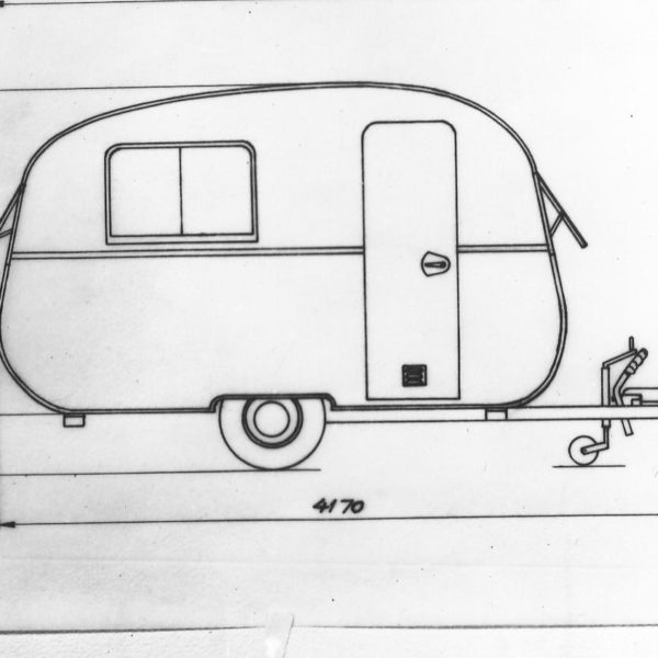 Skisse av campingvogn: Arbeidet med plast kom i utgangspunktet i stand pga tilhenger-produksjonen, men vi var hele tiden på jakt etter nye produkter for å holde maskinene i gang. Denne campingvognen ble aldri produsert.