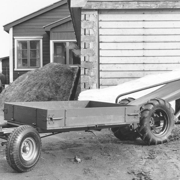 Frontvogn: Etter å ha laget en serie frontvogner etter Haldor Ålvik sin modell, kom denne modellen, type 227, i 1958. Vognen hadde mekanisk sidetipp.