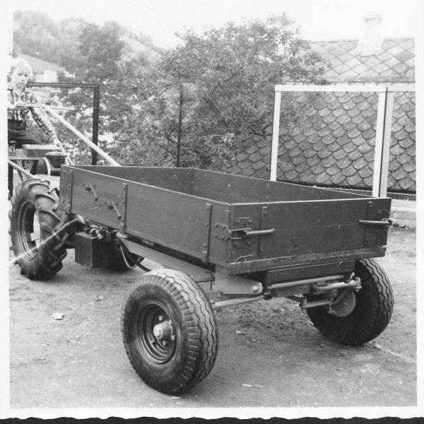 Frontvogn: I 1960 kom den nye modellen, type 230, som hadde tipping framover. Det kunne nå leveres både sveivetipp og hydraulisk tipp. Det ble også bygget hydraulisk pumpe på traktoren for dette.